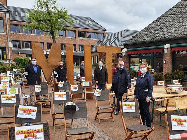 Abb. Demo mit 160 leeren Stühlen vor dem Walsroder Rathaus